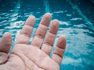 doigts fripés eau